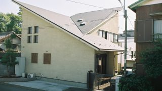 片流れ屋根の組合せと櫛引壁の家