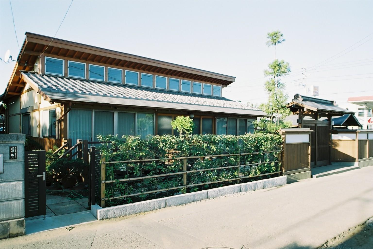 招き屋根の住宅