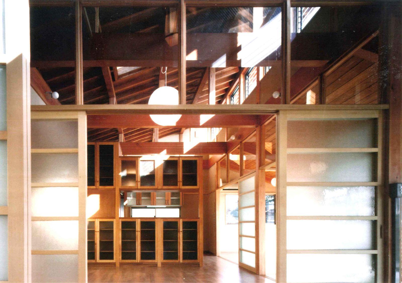 和風住宅の小屋裏空間の梁見せ天井と梁