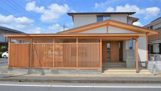 ビルトインガレージと木塀のある家