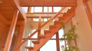 屋根組と開放的ホールが特徴の家