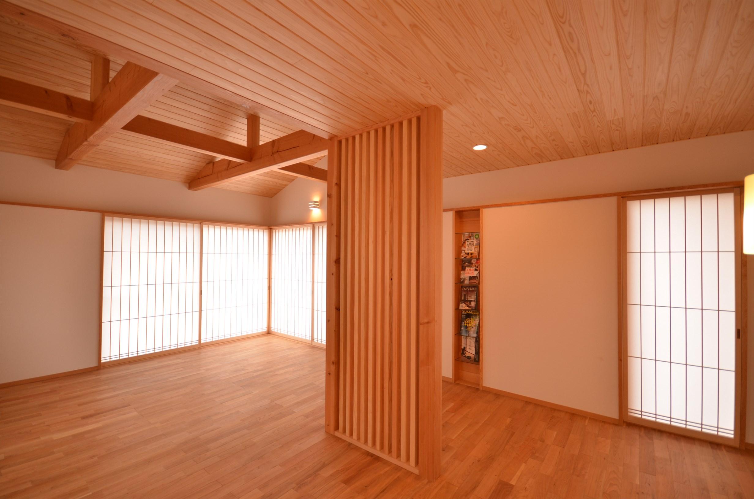自然素材を使った屋根組と開放的ホールが特徴の家