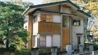 武蔵野の雑木林に溶け込む家