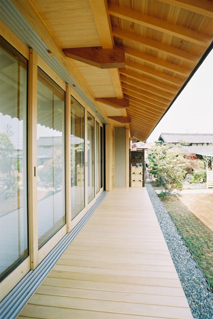 南側大開口とリビング吹抜の家の軒天と縁側