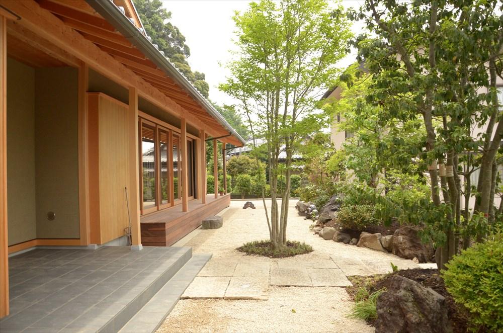 緑の庭を望む大開口リビングの家