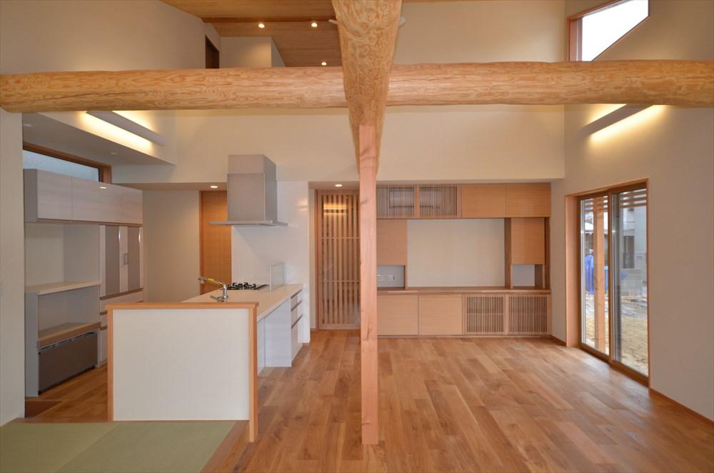 大屋根と丸太架構の家 リビングの収納
